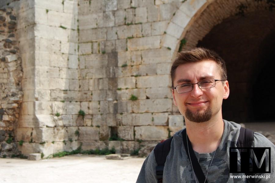 Uśmiechnięty Tomasz Merwiński na terenie Krak des Chevaliers