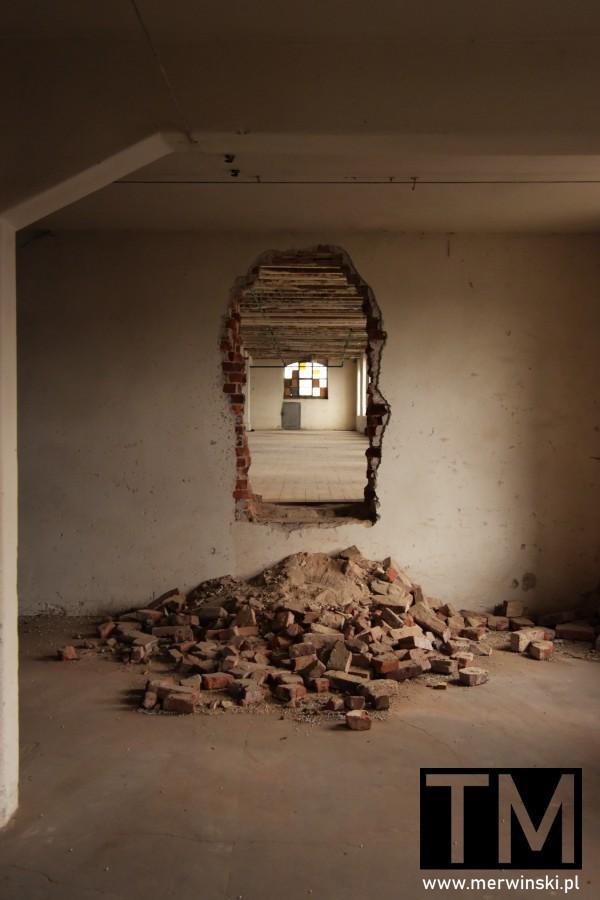 Dziura w ścianie we wrocławskim Młynie Sułkowice