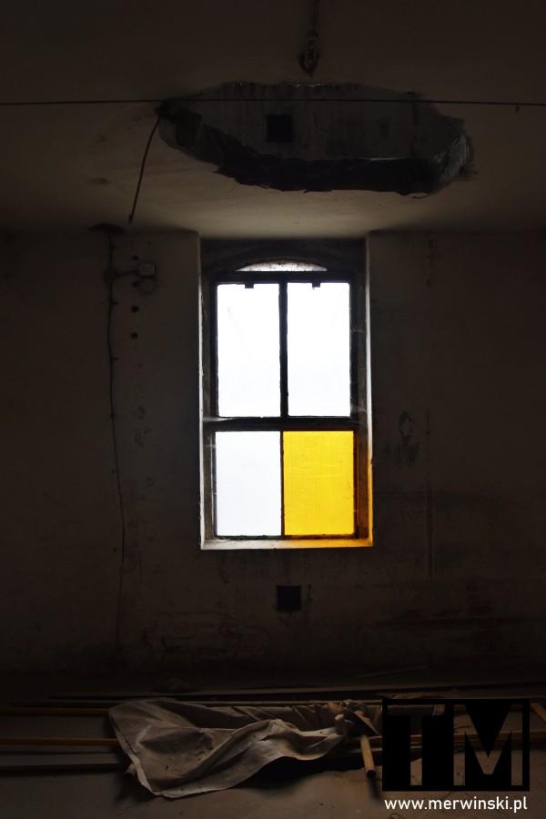 Okno z żółtą szklaną wstawką w budynku Młynu Sułkowice