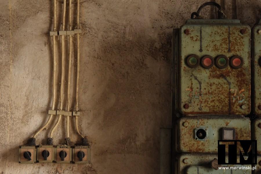 Kable elektryczne i rozdzielnia wewnątrz Młynu Sułkowice