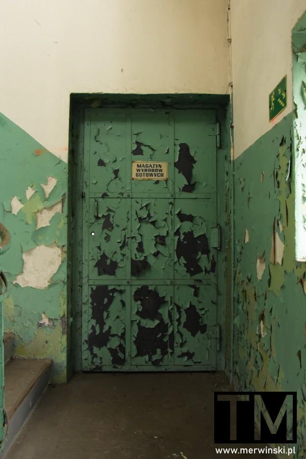 Stare drzwi do magazynu wyrobów gotowych