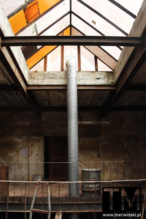 Pomieszczenie ze szklanym dachem w Młynie Sułkowice