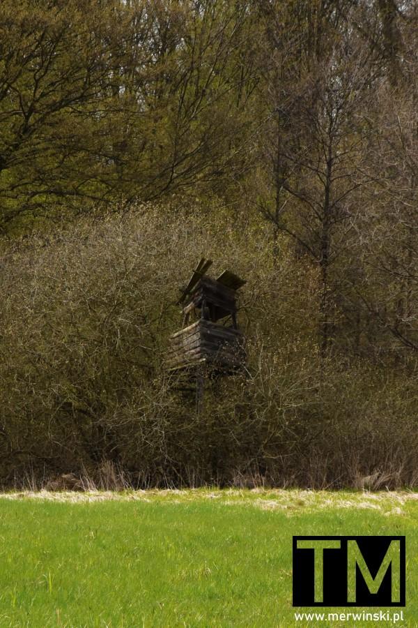 Zniszczona ambona na skraju lasu