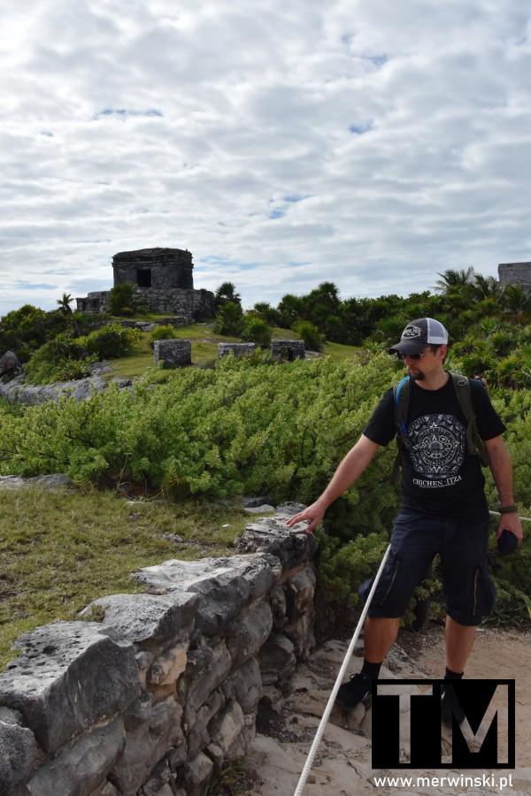 Tomasz Merwiński przed majańską świątynią