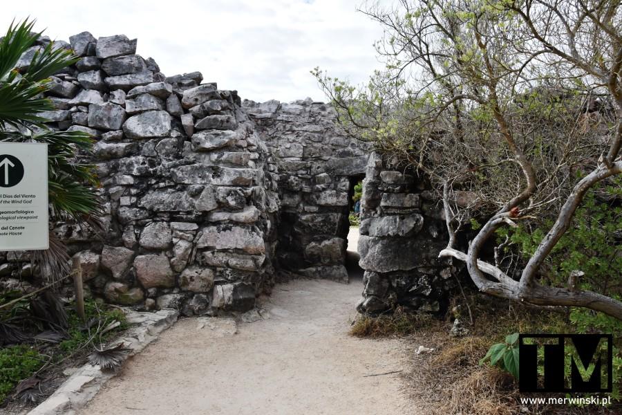 Wejście w strefie archeologicznej w Tulum