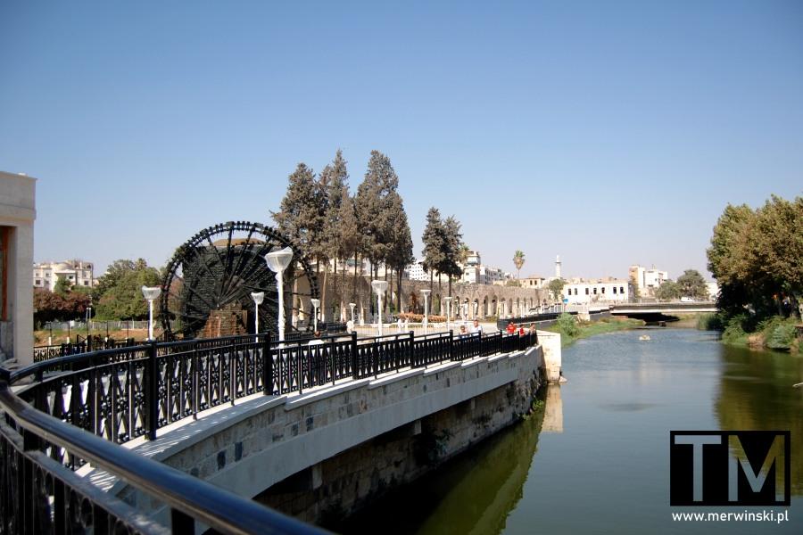 Deptak przed starożytnym kołem wodnym w Hamie