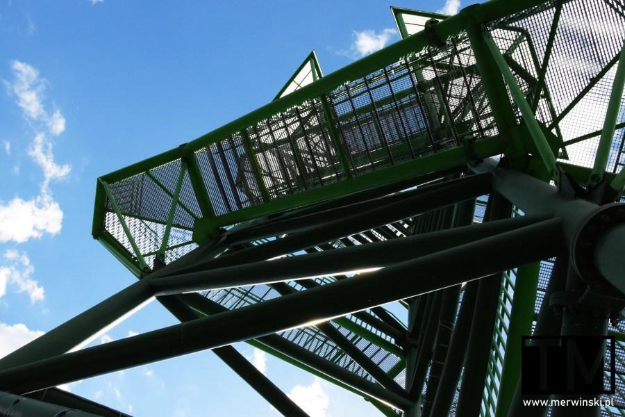 Widok na wieżę widokową w Kotowicach od dołu