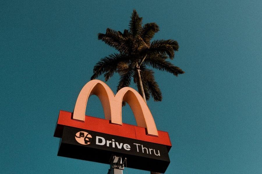Ignoranci w podróży jedzą w międzynarodowych fastfoodach