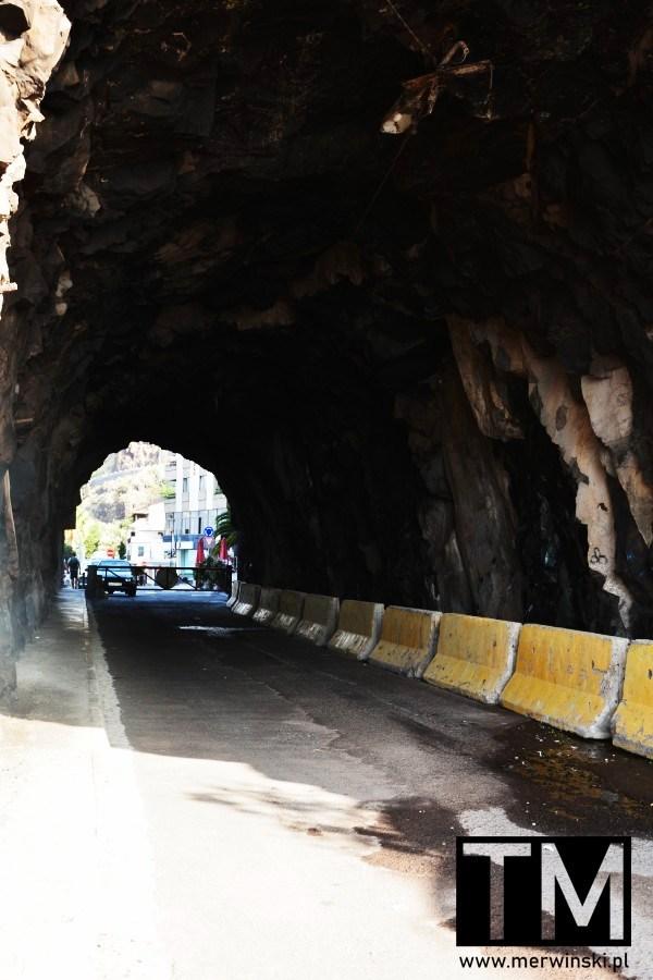 Tunel w skale nieopodal Ribeira Brava