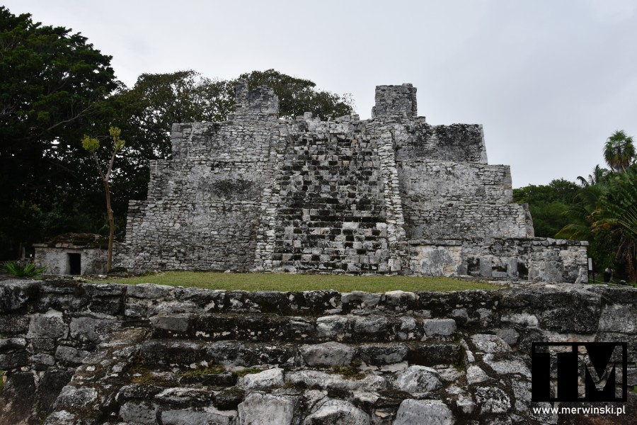 Piramida Majów w strefie archeologicznej El Meco