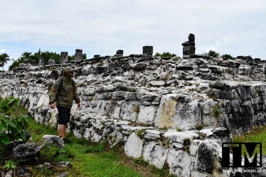 Tomasz Merwiński wśród ruin na Jukatanie