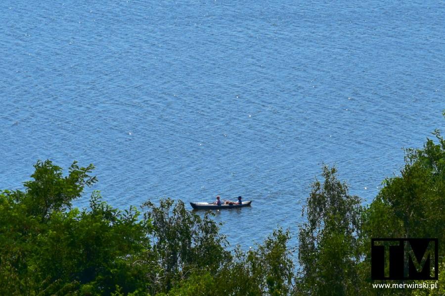 Ludzie pływający łódką po zbiorniku wodnym w Mściwojowie
