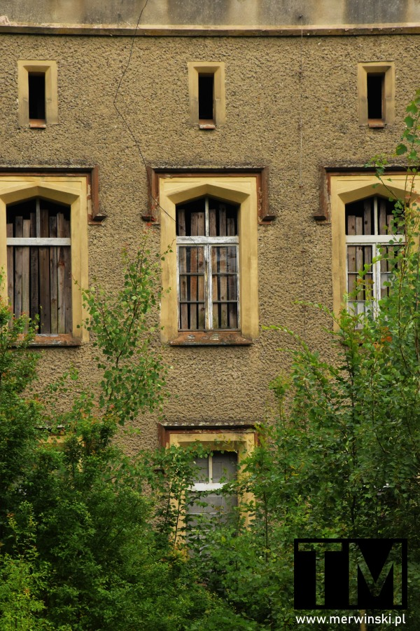 Okna zabite dechami w Pałacu Sybilli na Dolnym Śląsku