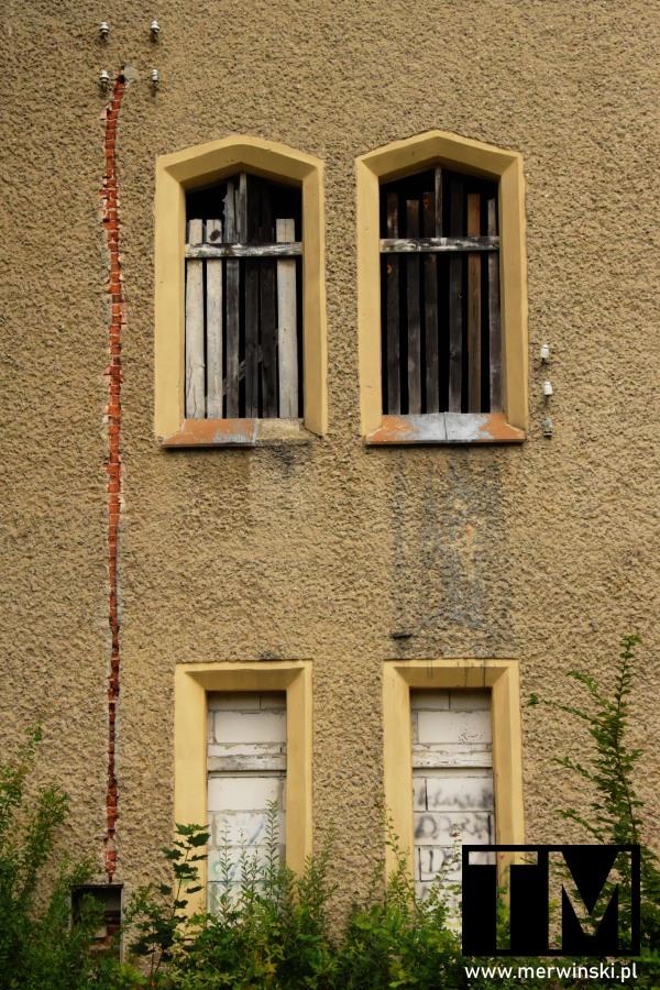 Zabarykadowane okna w dolnośląskim Windsorze