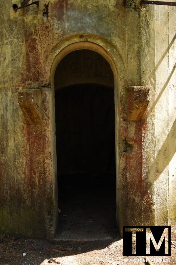 Wejście do wieży obserwacyjnej na Dolnym Śląsku