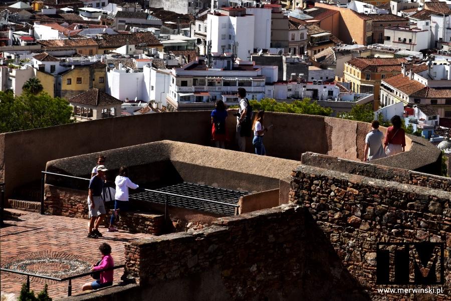 Ludzie na murach Alcazaby w Maladze
