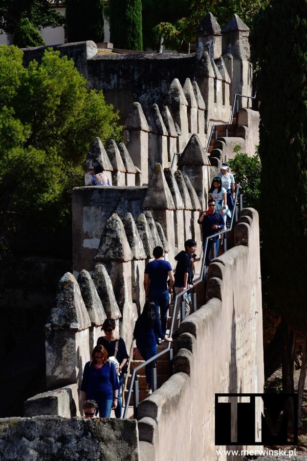 Turyści na murach obronnych w Maladze