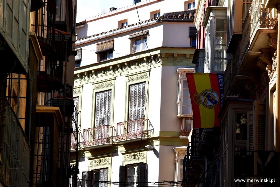 Flaga Hiszpanii i logo Realu Madryt w Maladze