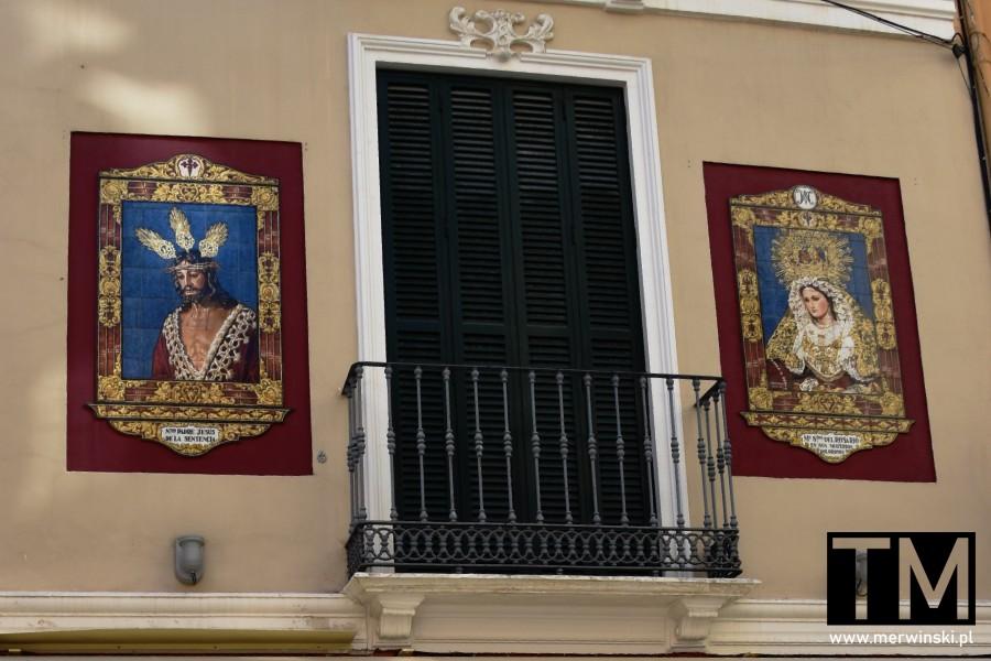 Wizerunek świętych na elewacji budynku w Maladze