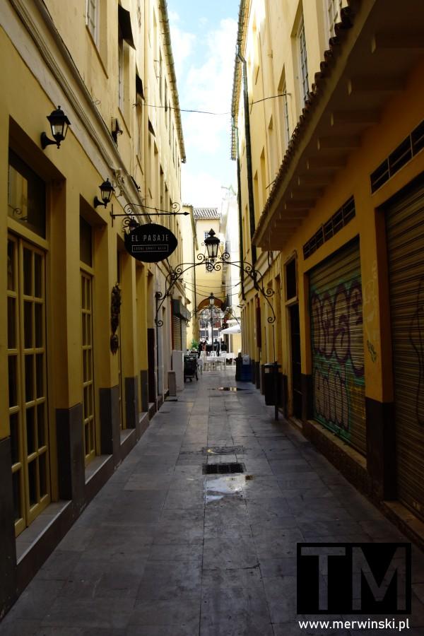 Wąska uliczka w Maladze