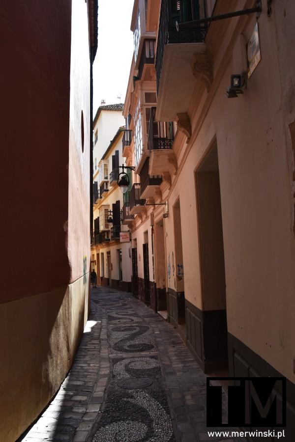 Zakręcona wąska uliczka w Maladze