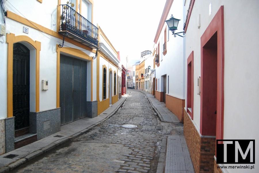 Wąska andaluzyjska uliczka w Ayamonte