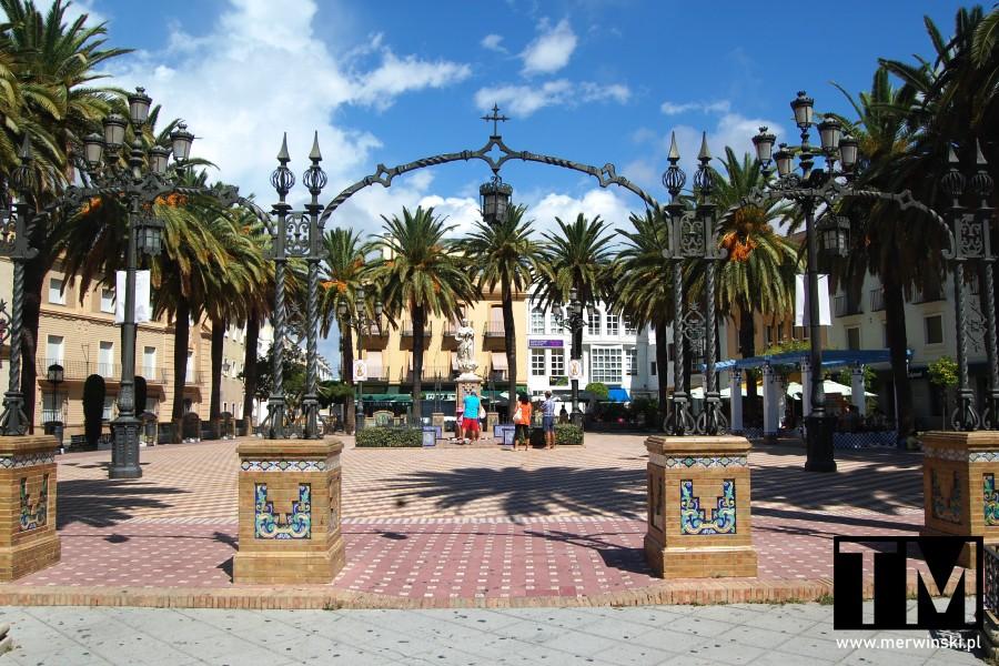 Łuk na Plaza de la Laguna w Ayamonte