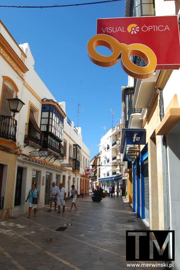 Wąska uliczka w Ayamonte w Hiszpanii