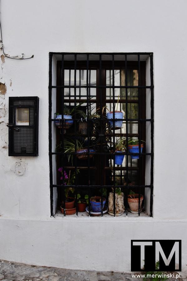 Kwiaty za kratami w hiszpańskiej Rondzie
