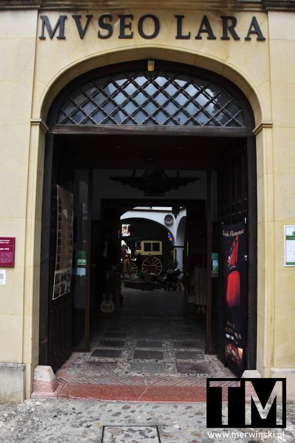 Brama do Museo Lara w Rondzie