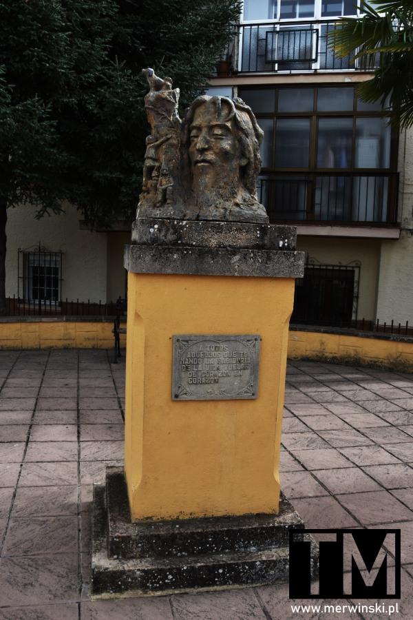 Rzeźba na skwerku w Rondzie